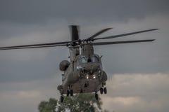 费尔福德,英国- 7月10日:契努克族直升机参加皇家国际空气纹身花刺飞行表演事件2016年7月10日 免版税库存照片