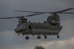 费尔福德,英国- 7月10日:契努克族直升机参加皇家国际空气纹身花刺飞行表演事件2016年7月10日 免版税库存图片