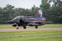 费尔福德,英国- 7月10日:海市蜃楼2000航空器参加皇家国际空气纹身花刺飞行表演事件2016年7月10日 图库摄影