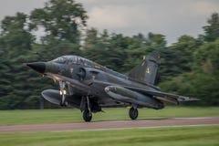 费尔福德,英国- 7月10日:海市蜃楼2000航空器参加皇家国际空气纹身花刺飞行表演事件2016年7月10日 免版税库存照片