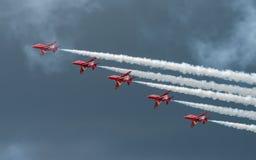 费尔福德,英国- 7月10日:红色箭头航空器参加皇家国际空气纹身花刺飞行表演事件2016年7月10日 图库摄影