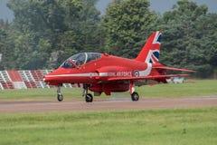 费尔福德,英国- 7月10日:红色箭头航空器参加皇家国际空气纹身花刺飞行表演事件2016年7月10日 免版税库存图片