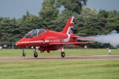 费尔福德,英国- 7月10日:红色箭头航空器参加皇家国际空气纹身花刺飞行表演事件2016年7月10日 库存图片