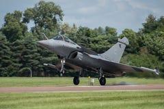 费尔福德,英国- 7月10日:阵风C航空器参加皇家国际空气纹身花刺飞行表演事件2016年7月10日 库存图片