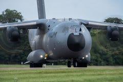 费尔福德,英国- 7月10日:A-400M航空器参加皇家国际空气纹身花刺飞行表演事件2016年7月10日 免版税库存照片