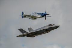 费尔福德,英国- 7月10日:F-35A和P-51D航空器参加皇家国际空气纹身花刺飞行表演事件2016年7月10日 图库摄影