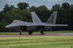 费尔福德,英国- 7月10日:F-22A猛禽航空器参加皇家国际空气纹身花刺飞行表演事件2016年7月10日 免版税库存照片