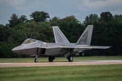 费尔福德,英国- 7月10日:F-22A猛禽航空器参加皇家国际空气纹身花刺飞行表演事件2016年7月10日 免版税库存图片