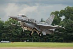 费尔福德,英国- 7月10日:F-16C航空器参加皇家国际空气纹身花刺飞行表演事件2016年7月10日 库存图片