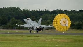 费尔福德,英国- 7月10日:F-16C航空器参加皇家国际空气纹身花刺飞行表演事件2016年7月10日 免版税库存图片