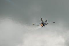 费尔福德,英国- 7月10日:F-16C航空器参加皇家国际空气纹身花刺飞行表演事件2016年7月10日 免版税图库摄影
