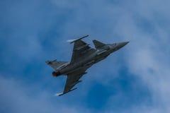 费尔福德,英国- 7月10日:JAS-39C Gripen航空器参加皇家国际空气纹身花刺飞行表演事件2016年7月10日 库存照片
