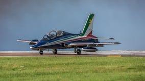 费尔福德,英国- 7月10日:MB-339航空器参加皇家国际空气纹身花刺飞行表演事件2016年7月10日 免版税库存图片