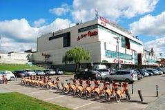 维尔纽斯市商店中心杯子和橙色周期 免版税库存照片