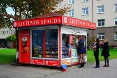 维尔纽斯市报纸销售系统Lietuvos spauda视图 免版税库存图片