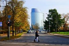 维尔纽斯市街道、汽车和摩天大楼视图 图库摄影