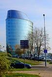 维尔纽斯市街道、汽车和摩天大楼视图 免版税图库摄影