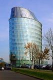 维尔纽斯市街道、汽车和摩天大楼视图 免版税库存照片