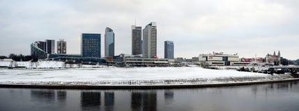维尔纽斯有摩天大楼的冬天全景涅里斯河河委员会的 库存照片