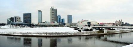 维尔纽斯有摩天大楼的冬天全景涅里斯河河委员会的 免版税库存照片