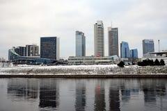 维尔纽斯有摩天大楼的冬天全景涅里斯河河委员会的 图库摄影
