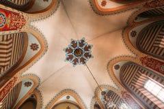 维尔纽斯立陶宛 与枝形吊灯的有圆顶被绘的天花板 图库摄影