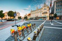 维尔纽斯立陶宛 租的两辆自行车在Didzioji街上的市政停车处 免版税库存图片