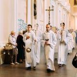 维尔纽斯,立陶宛- 2016年7月6日:在圣徒大教堂大教堂的队伍  免版税图库摄影