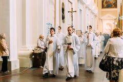 维尔纽斯,立陶宛- 2016年7月6日:在大教堂蓬蒿的队伍 图库摄影