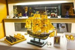维尔纽斯,立陶宛- 2017年1月06日:琥珀在维尔纽斯立陶宛的市首都的礼品店 免版税库存图片
