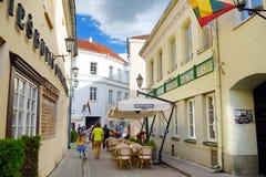 维尔纽斯,立陶宛- 2016年8月11日:老镇的街道维尔纽斯,其中一个北部的最大生存中世纪老镇 库存照片
