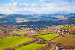 费尔莫省,意大利 村庄和领域在小山 图库摄影