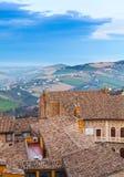 费尔莫,意大利 与老瓦屋顶的垂直的照片 免版税库存图片