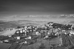 费尔莫,意大利 小山的村庄,单色 免版税库存照片