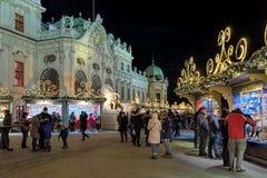 贝尔维德雷宫圣诞节村庄在维也纳,奥地利 库存图片