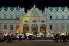贝尔维德雷宫圣诞节村庄在维也纳,奥地利 图库摄影