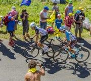 彻尔du Grand Colombier -环法自行车赛的两个骑自行车者2016年 免版税库存图片