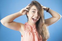 尖叫一个的女孩拿着他的头和 免版税库存照片