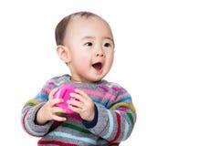 尖叫亚裔的婴孩拿着玩具和 免版税库存照片