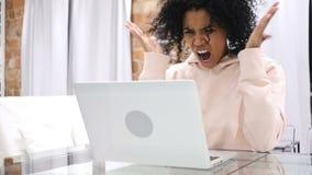 尖叫变大声,恼怒的美国黑人的妇女疯狂由问题 股票视频