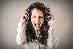 尖叫和听到音乐的少妇 库存图片