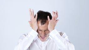 尖叫恼怒的商人,白色背景 免版税库存图片