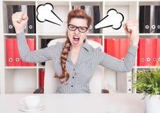 尖叫恼怒的女商人的上司 免版税库存图片