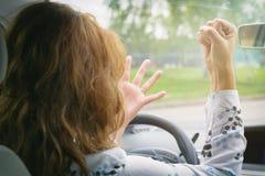 尖叫恼怒的妇女,当驾驶汽车时 免版税图库摄影
