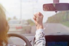 尖叫恼怒的妇女,当驾驶汽车时 免版税库存图片
