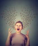 尖叫恼怒的妇女,从开放嘴出来的字母表信件 图库摄影
