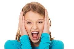 尖叫恼怒的少年 免版税库存图片