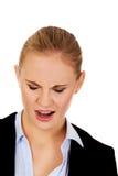 尖叫恼怒的年轻的女商人 免版税库存照片