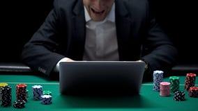 尖叫激动的商人,赢得的网上扑克牌游戏,成功,瘾 免版税库存图片