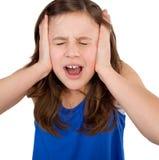 尖叫的女孩关闭她的耳朵和 免版税库存图片